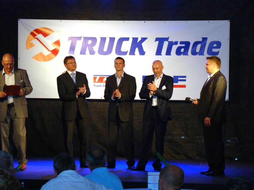 Slavnostního otevření se zúčastnili (zprava): marketingový ředitel společnosti TATRA Martin Najzr, majitel společnosti TRUCK TRADE spol. s r. o., Vladimír Oprchal, ředitel servisního střediska Paskov Jan Vrubel, ředitel společnosti DAF Trucks CZ Ing. Roman Kubálek.